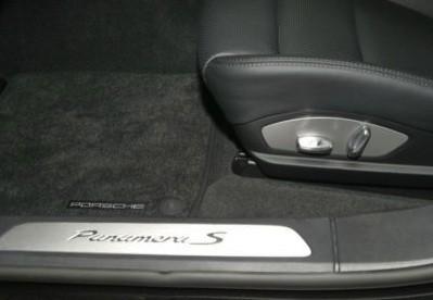 Baguettes de seuil de porte en aluminium brossé, avec monogramme du modèle à l?avant