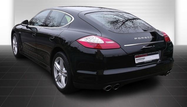 Signature Porsche avec monogramme sur le hayon arrière chromée